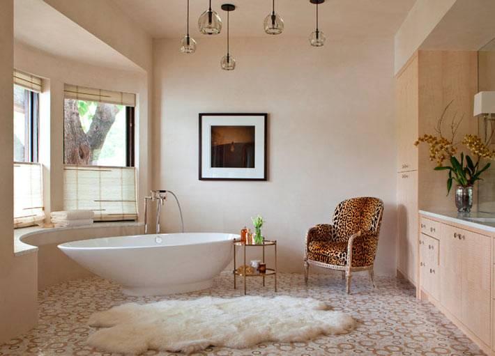 большой интерьер ванной комнаты в доме на озере