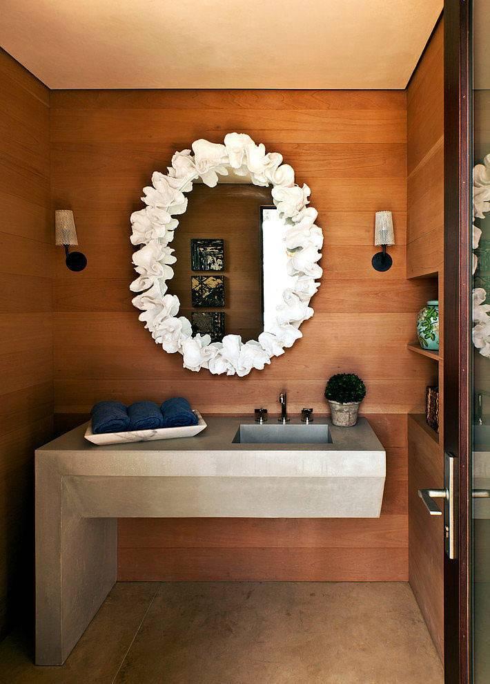 уютная ванная комната с деревянной отделкой фото
