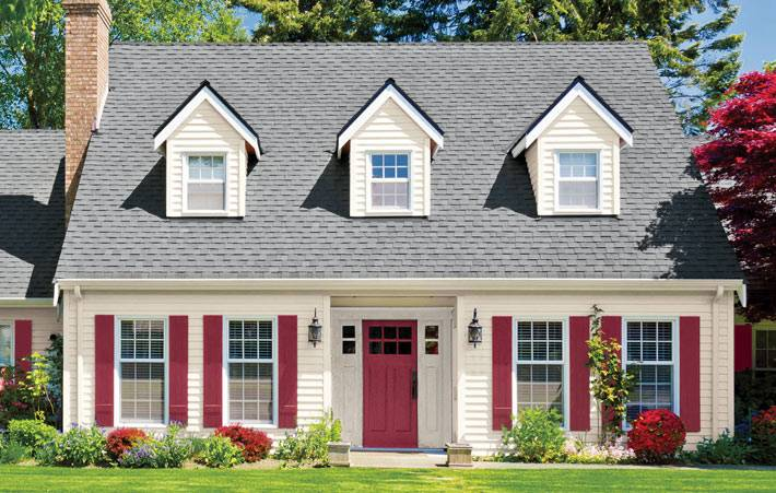 бежевый фасад дома с розовыми ставнями