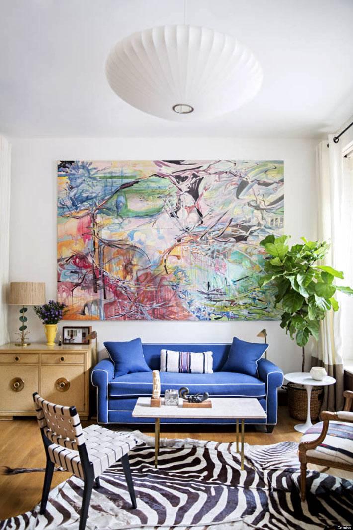 красивая абстрактная картина в интерьере
