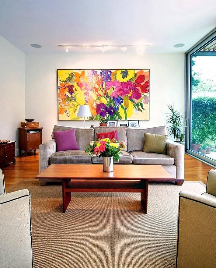 оформление комнаты яркой картиной