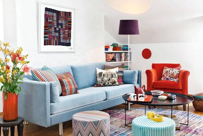 яркая мебель - акцент в дизайне гостиной комнаты