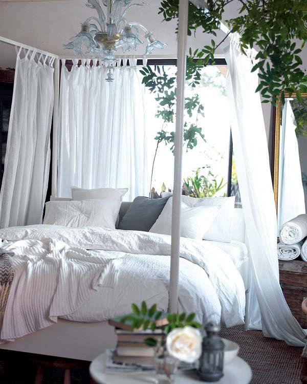 кровать с балдахином в интерьере романтической спальни