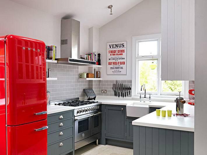 яркий холодильник - акцентное пятно в интерьере кухни