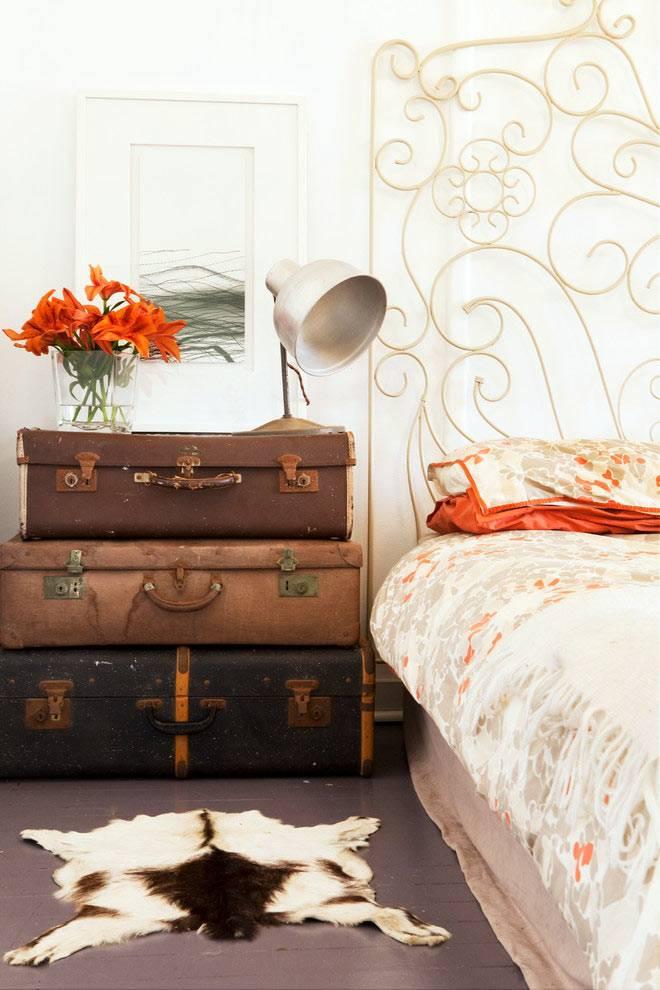 старые чемоданы в интерьере спальни в стиле шебби-шик фото