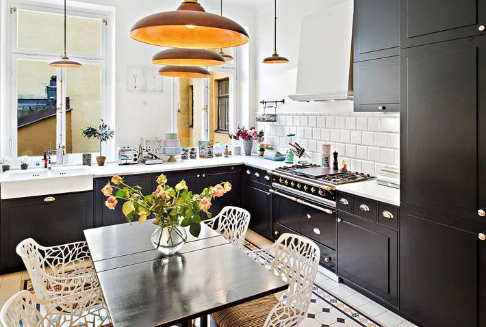 черный кухонный гарнитур в сочетании с белым кафелем