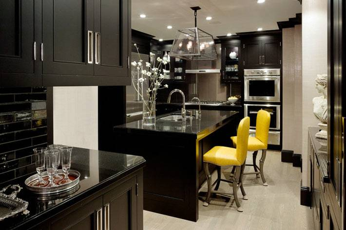 черная кухня с желтыми стульями фото