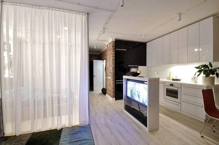 интересное решение для размещения телевизора в однокомнатной квартире