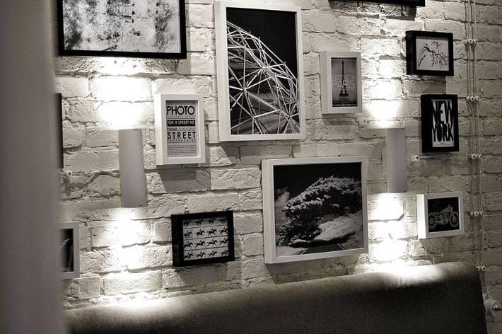 экспозиция из разных фотографий в изголовье кровати фото