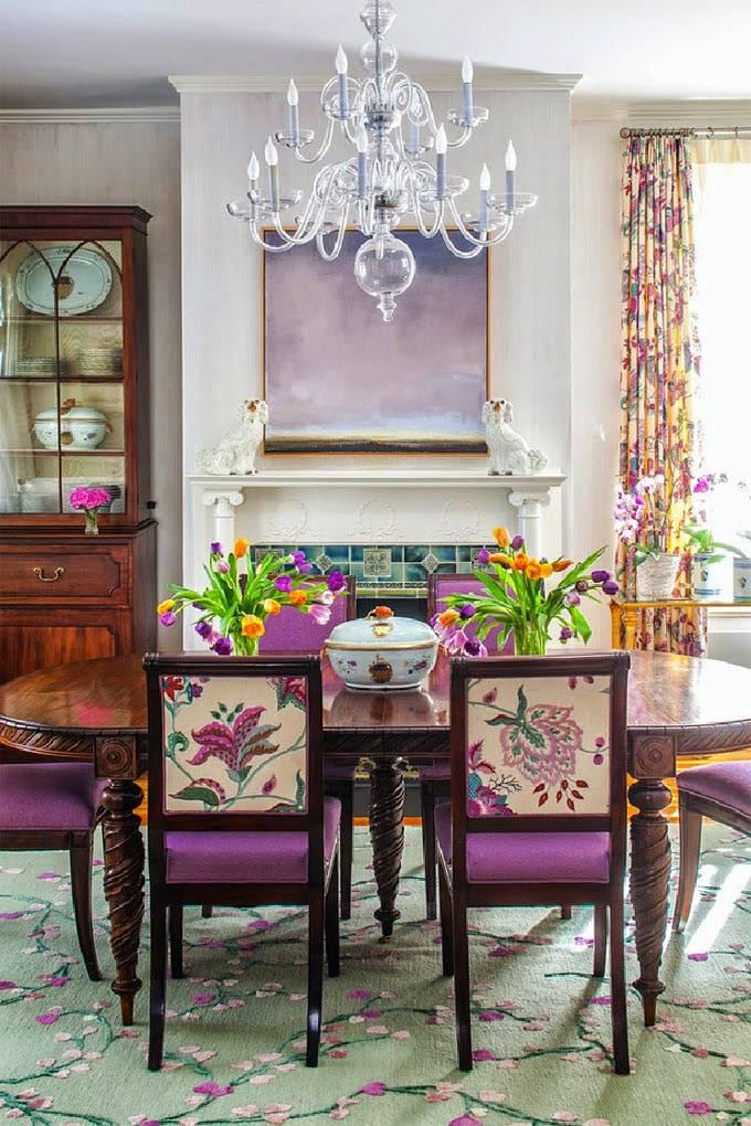 фиолетовые стулья в интерьере столовой комнаты