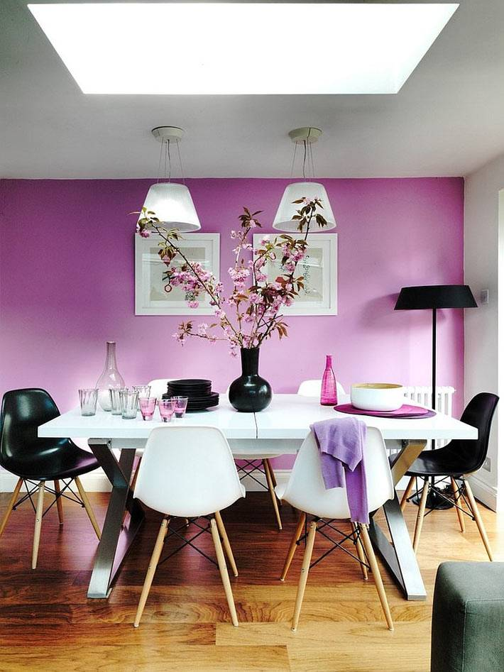 стена фиолетового цвета в дизайне столовой комнаты
