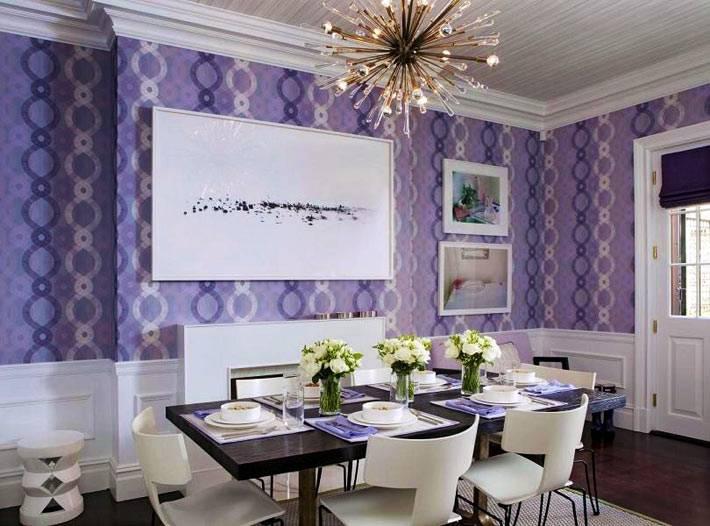 красивый интерьер столовой комнаты в сочетании фиолетового и белого цветов