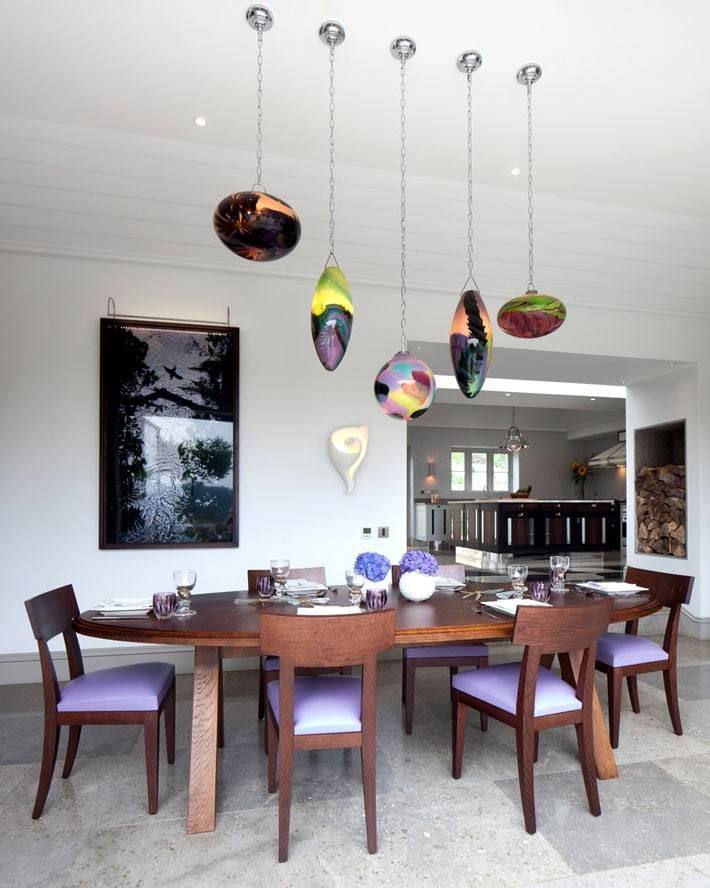 фиолетовые элементы в декоре столовой комнаты