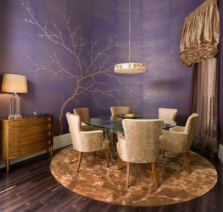 фиолетовая стена с нарисованным деревом в интерьере столовой комнаты