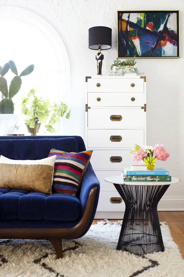 необычная мебель в дизайне интерьера гостиной комнаты