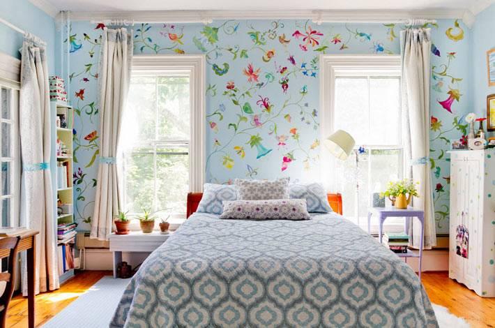 красивые обои в цветочек в интерьере детской комнаты для подростка