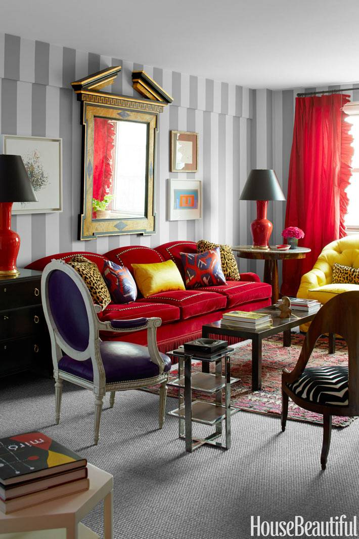 ярко-красный диван в дизайне интерьера дома