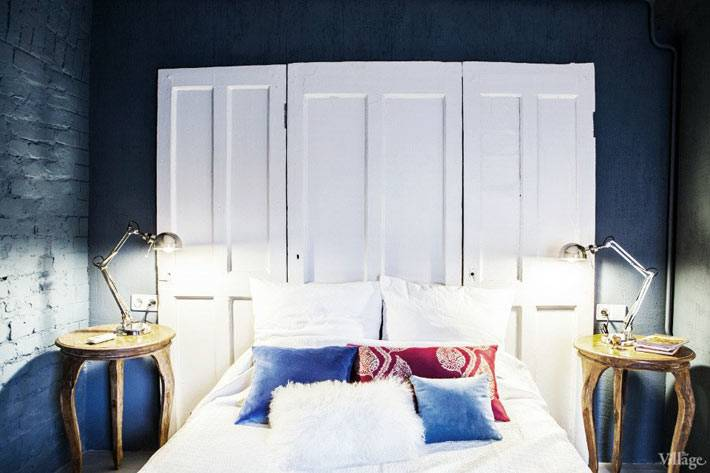 двери в изголовье кровати в интерьере спальни