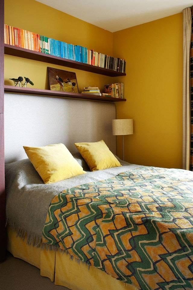 маленький интерьер спальни с желтыми стенами фото