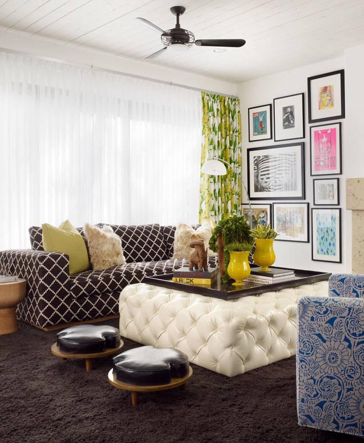 красивый интерьер с оттоманкой в центре комнаты