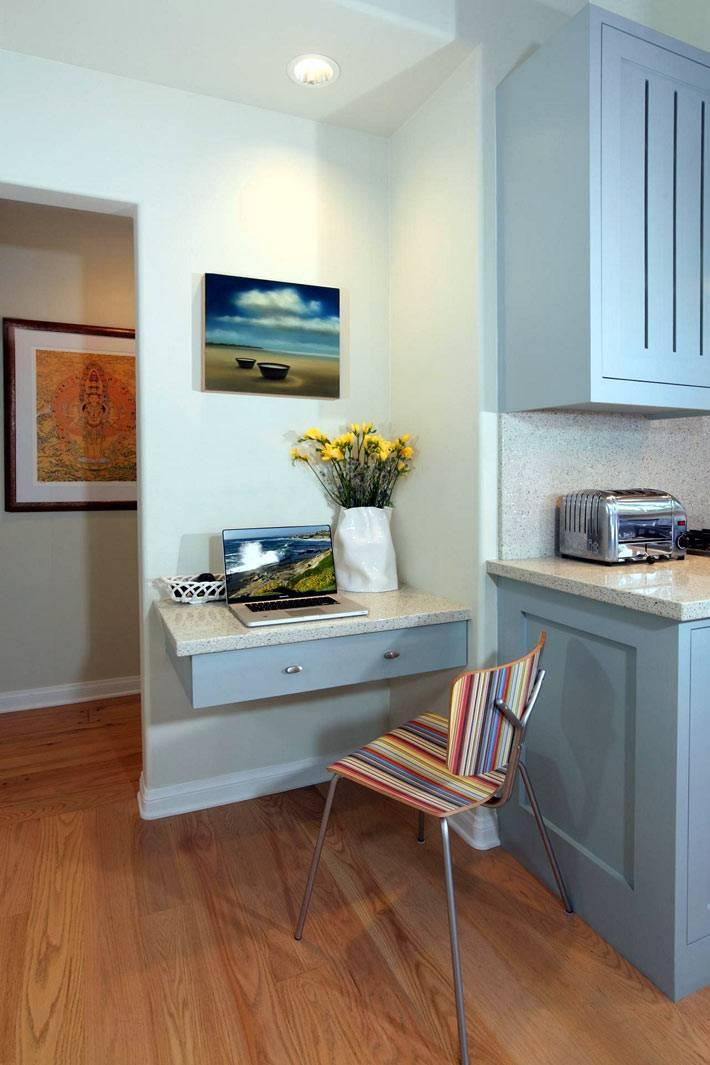 небольшой рабочий столик в интерьере кухни фото