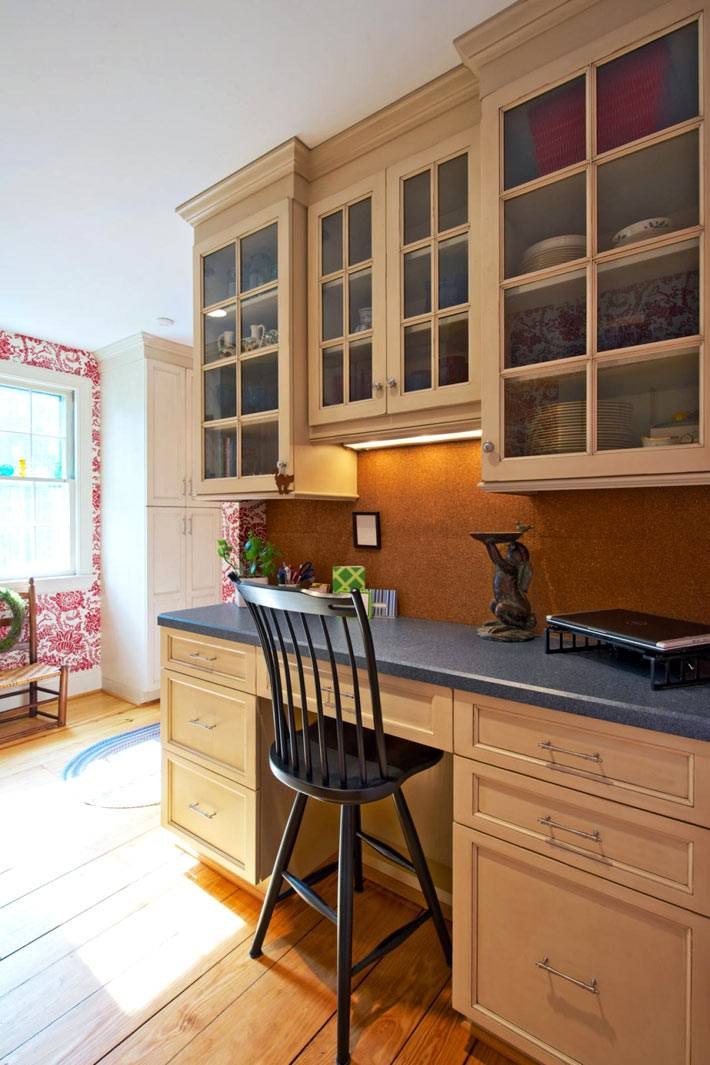 рабочий уголок на кухне с пробковой доской для заметок