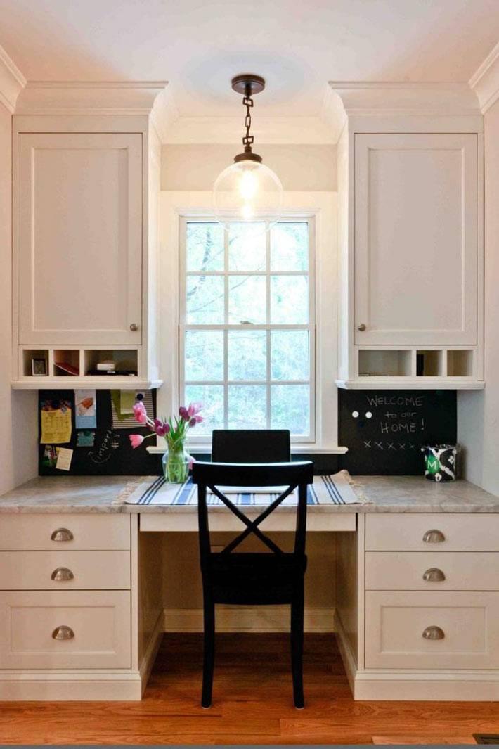 рабочий стол у окна в интерьере кухни