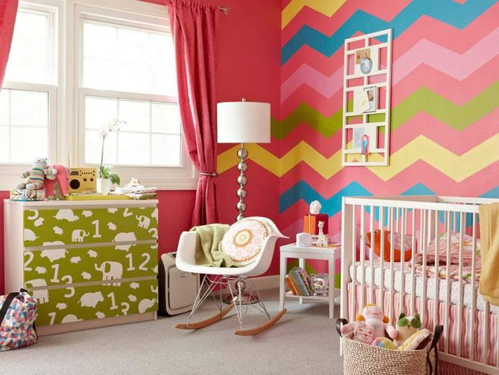 интерьер детской комнаты с зигзагообразным узором