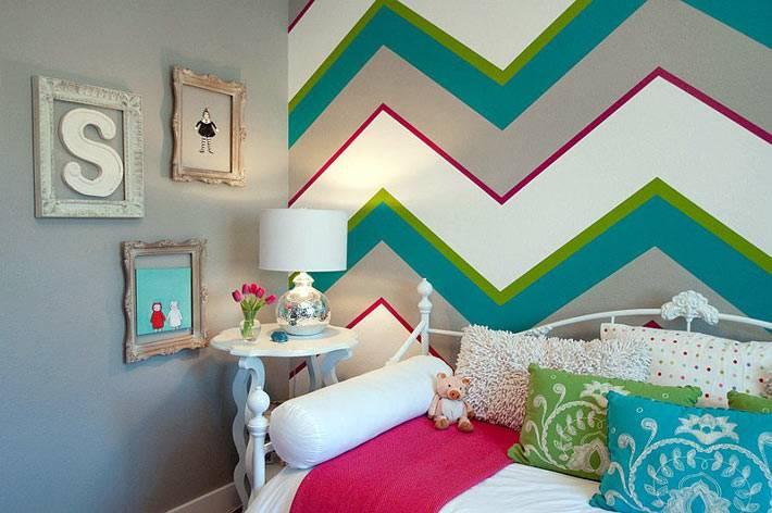 яркие полосы зигзага в детской спальне фото
