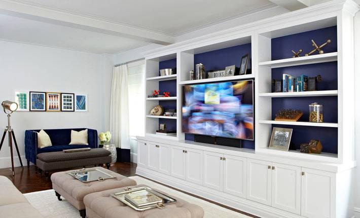 сочетание синего и белого цветов в интерьере гостиной комнаты