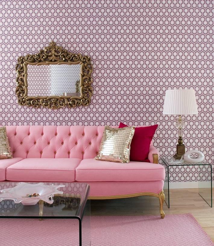красивый интерьер гостиной с розовым диваном