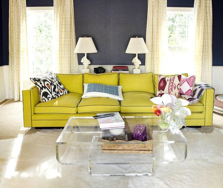 яркий зеленый диван в дизайне гостиной