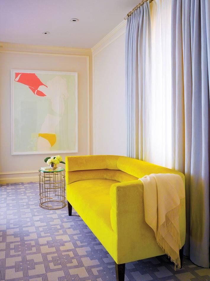 ярко-желтый диван в дизайне интерьера дома