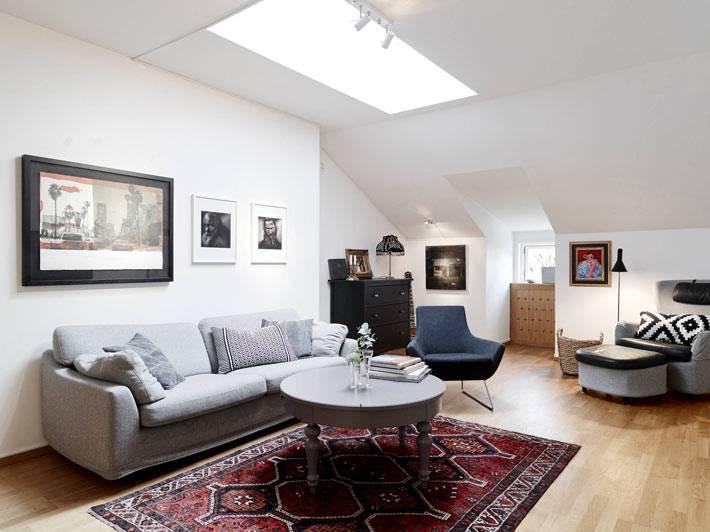 интерьер комнаты с мансардным окном