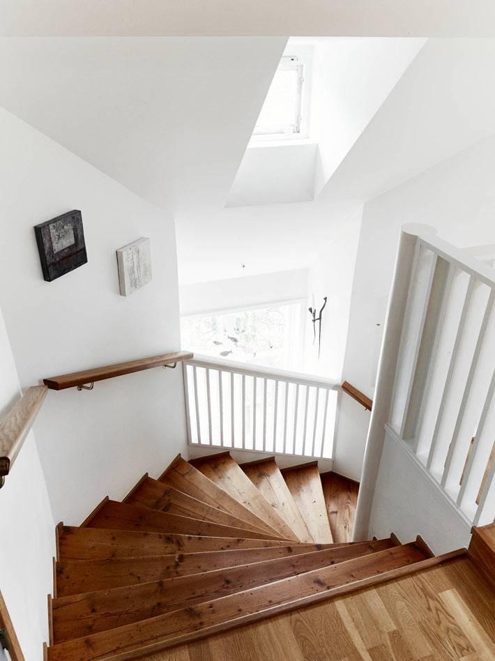 деревянная лестница в интерьере квартиры