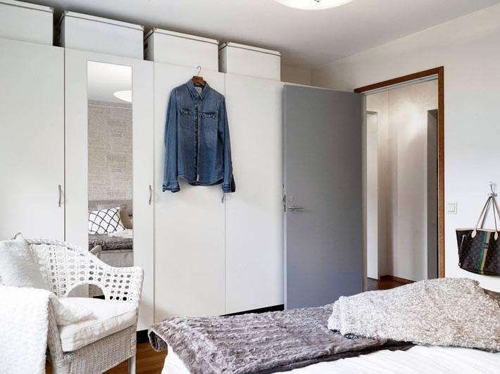 большой шкаф в интерьере спальни
