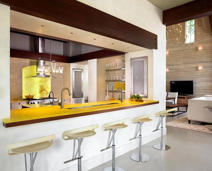 желтая барная стойка в интерьере кухни