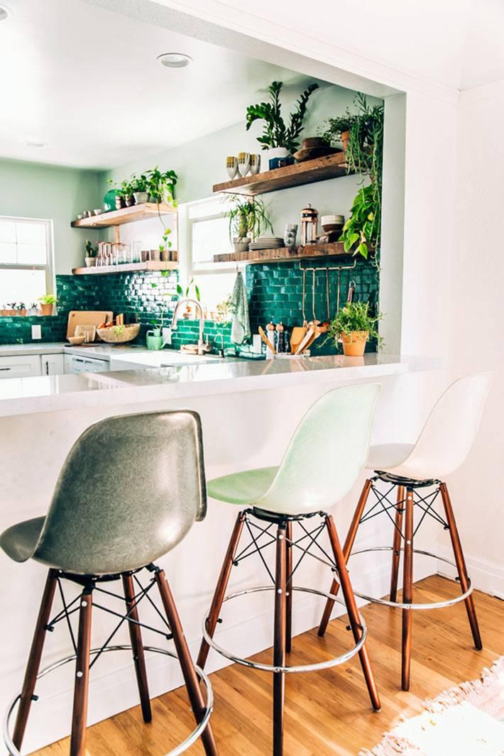 невесомая белая барная стойка на кухне