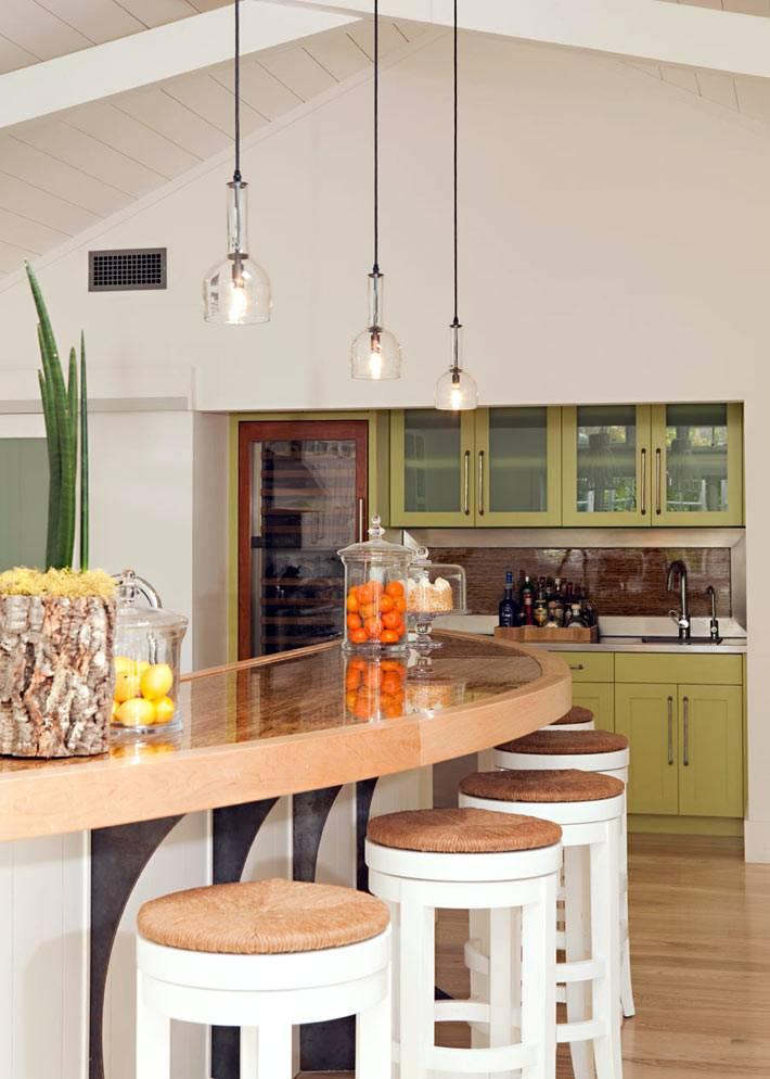 полукраглая барная стойка для завтраков на кухне