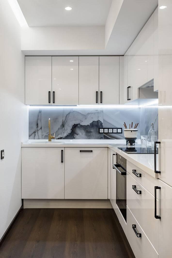 дизайн кухни с мраморным фартуком фото