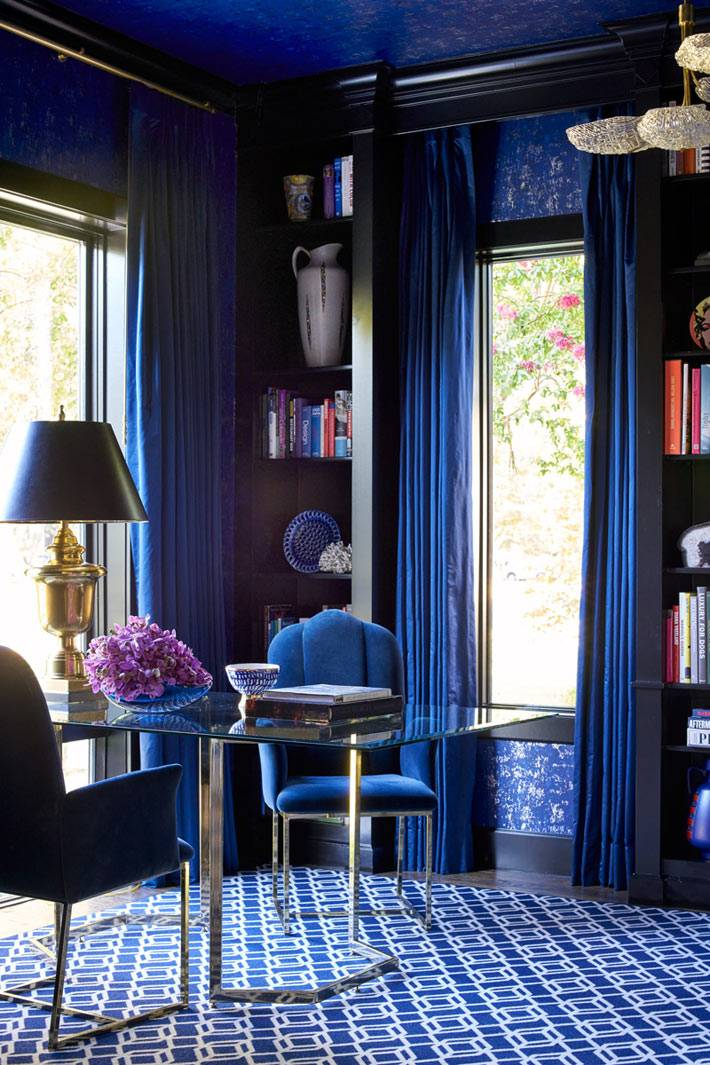 синий цвет штор и стен в дизайне рабочего кабинета