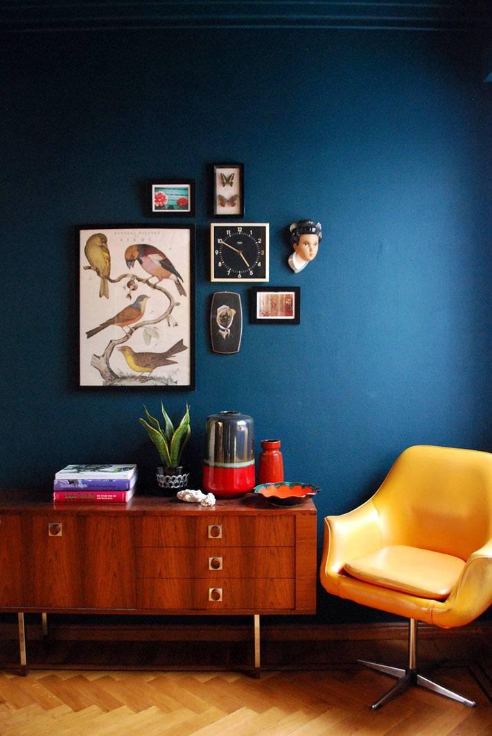 синяя стена и желтое кресло в интерьере