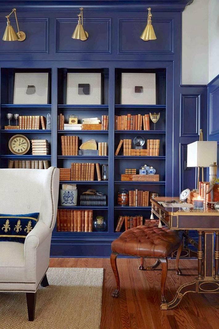 красивый синий шкаф для книг в кабинете