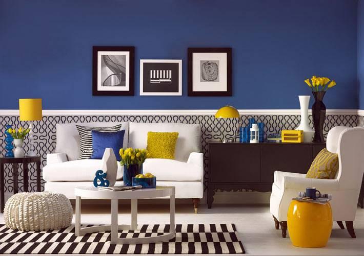 интерьер гостиной комнаты с синей стеной