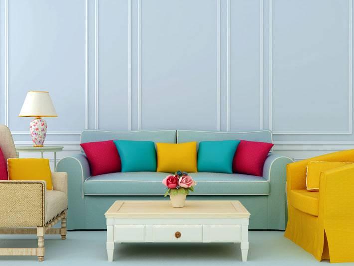 красивый интерьер голубого цвета с яркими креслами