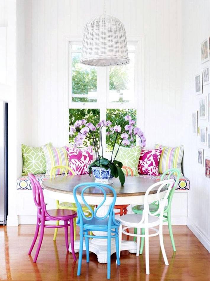 яркие разноцветные стулья в интерьере столовой