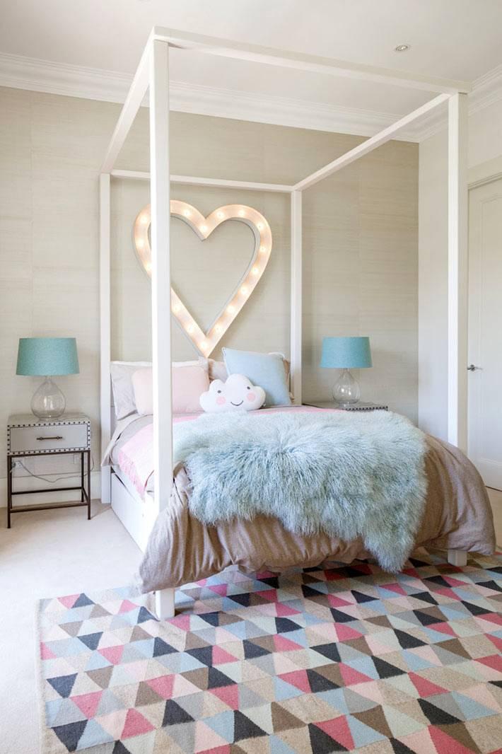 кровать с пологом в интерьере детской комнаты