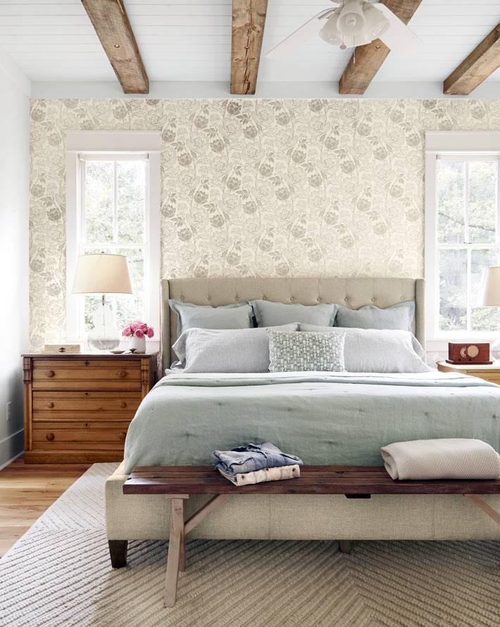 интерьер спальни с потолочными балками