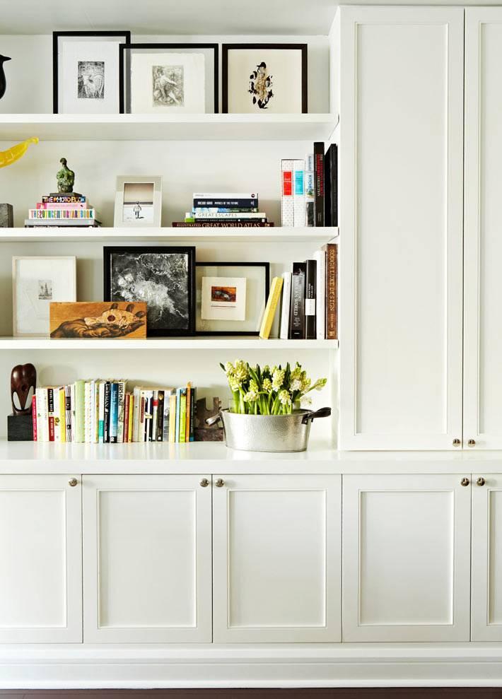 белый шкаф в интерьере гостиной