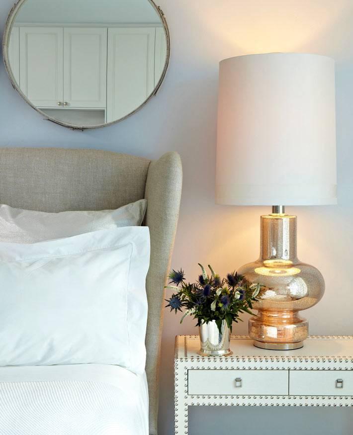 красивый прикроватный столик в интерьере спальни фото